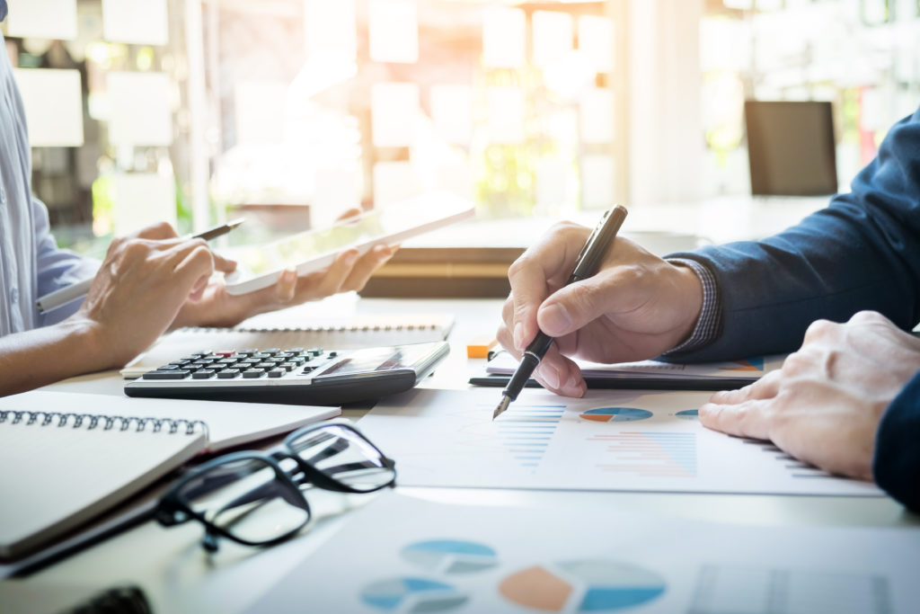 It audit business man audyt oprogramowania sprzętu stron www inspektor raport kalkulacje or checking balance. kontrola firmy inspekcja checking document. kontrola IT Audit Audyt informatyczny